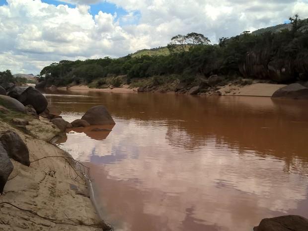 Rio Doce com água cheia de lama, nesta terça-feria (23) (Foto: Viviane Machado/ G1)