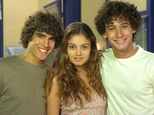 Sophie Charlotte posa com Caio Castro e Rafael Almeida, parceiros de cena em Malhação (Foto: Fabrício Mota / TV Globo)