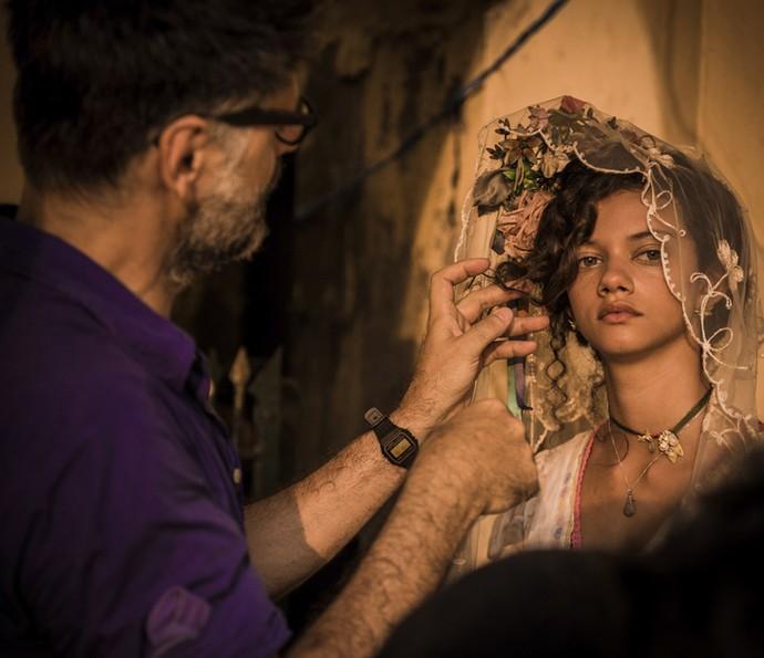 Luiz Fernando Carvalho ajusta os últimos detalhes de Marina Nery  (Foto: Caiuá Franco/ Globo)