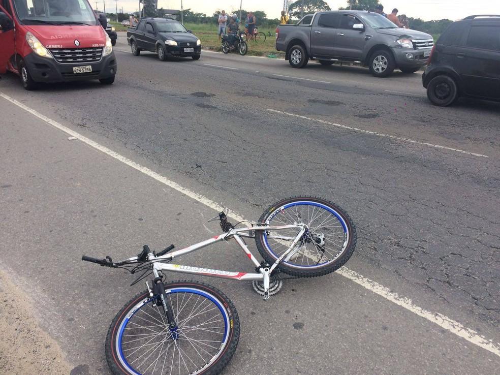 Ciclista morre atropelado na RJ-140, em São Pedro da Aldeia (Foto: Gustavo Garcia/G1)