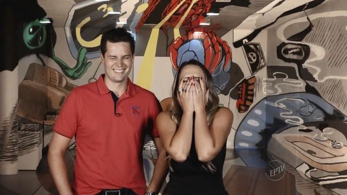 Aline Lima e Pedro Leonardo não conseguem segurar a risada nos bastidores do Mais Caminhos (Foto: reprodução EPTV)