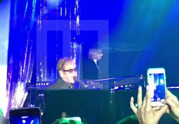 Elton John durante o casamento (Foto: Instagram)