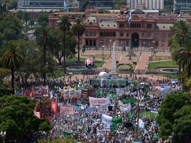Manifestantes protestam contra demissões no setor público na Praça de Maio, em frente à Casa Rosada, nesta quarta-feira (24) em Buenos Aires (Foto: EITAN ABRAMOVICH / AFP)