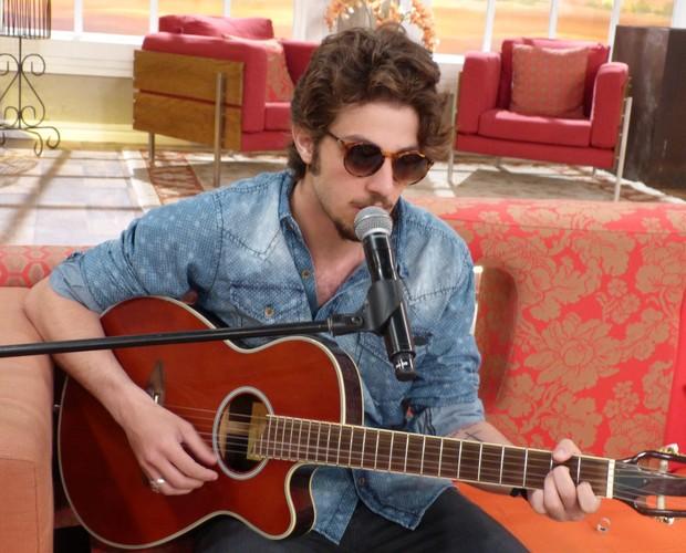 Chay Suede canta no Encontro (Foto: Encontro com Fátima Bernardes/ TV Globo)