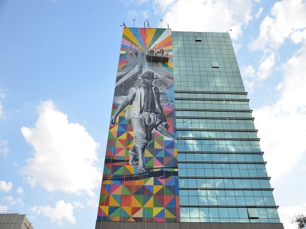 Obra 'O Candango' em construção na lateral do prédio da Caixa Econômica (Foto: Mateus Bonomi/Divulgação)