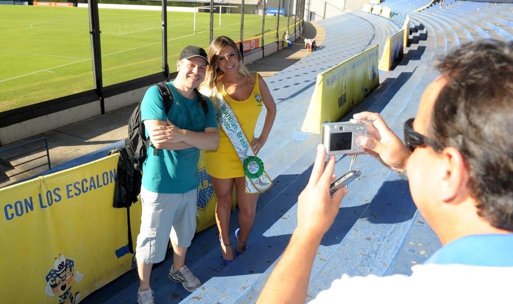 Os fãs pediram uma foto a seu lado (Foto: Francisco Cepeda/Agnews)