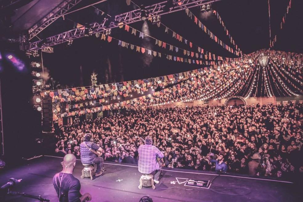 A dupla em show em Nova Lima (MG) (Foto: Reprodução/Facebook/César Menotti e Fabiano)