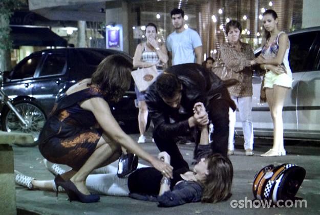 Branca puxa Giselle da moto e provoca acidente (Foto: Em Família / TV Globo)