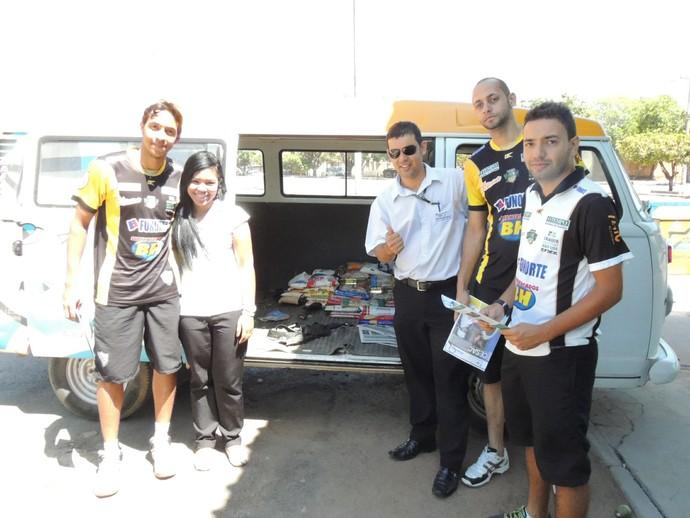 Os jogadores Vini e Gabriel e o preparador físico Pedro Henrique fizeram a entrega dos alimentos na manhã desta sexta-feira. (Foto: Fredson Souza)