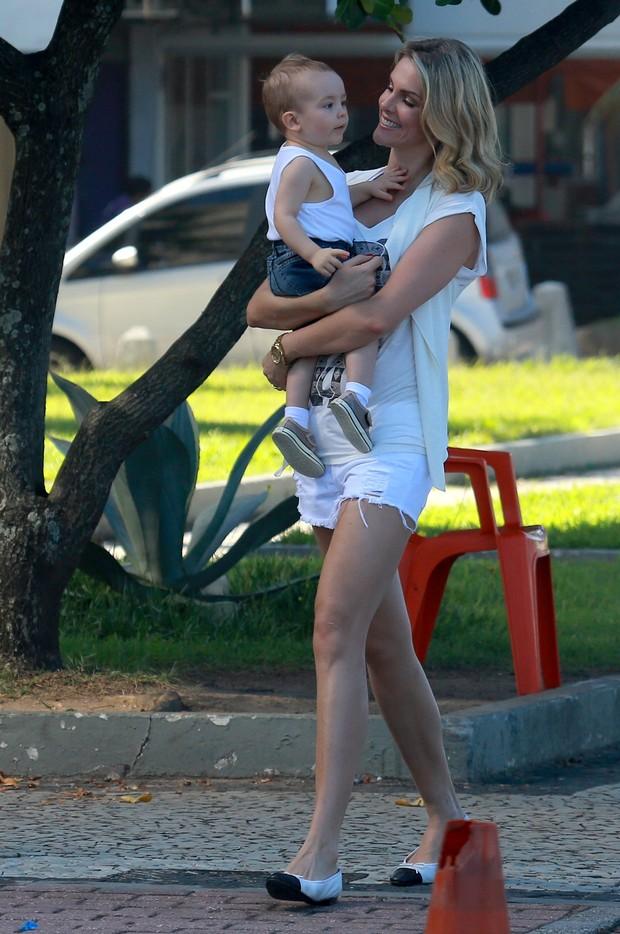 Ana Hickmann com o filho  (Foto: AgNews/Dilson Silva)