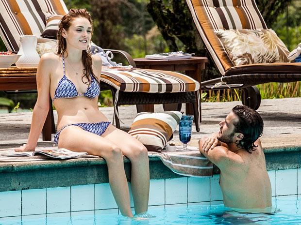 Júlia e Pedro conversam sobre a vida na piscina (Foto: Artur Meninea / Gshow)