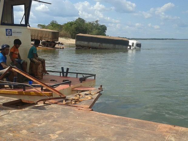 Travessia de veículos na MT-430 é feita a 50 km de São José do Xingu (Foto: Leandro Kervalt/Agência da Notícia)