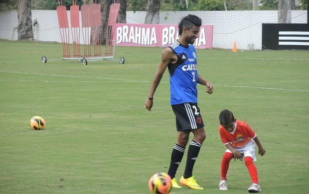 Léo Moura bate bola com seu irmão mais novo (Foto: Cahê Mota/Globoesporte.com)