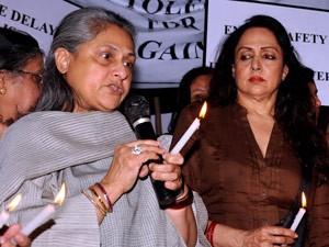Jaya Bachchan e Hema Malini, atrizes de Bollywood, participam de protesto em Mumbai (Foto: AFP)