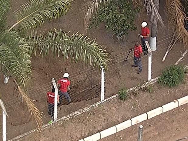 Escavação no sítio que pertenceu ao goleiro Bruno, em Esmeraldas. (Foto: Reprodução/TV Globo)