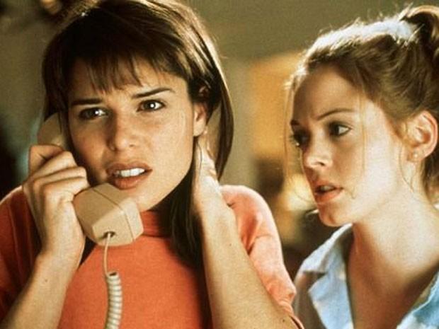 As atrizes Neve Campbell (à esq.) e Rose McGowan em cena de 'Pânico' (1996), um dos principais sucesso de Wes Craven (Foto: Divulgação)