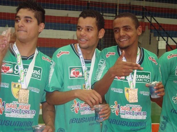 Jogadores do Rio Preto fazem pose com a medalha da Copa TV TEM (Foto: Marcos Lavezo)