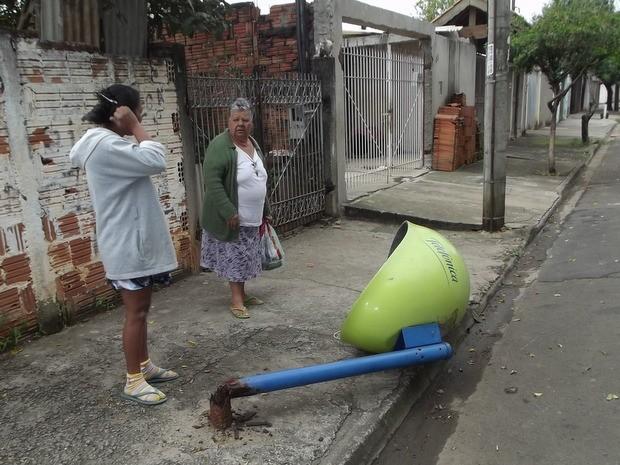 Internauta de Piracicaba enviou foto do orelhão quebrado em bairro de Piracicaba  (Foto: Natan Felipe Monteiro/VC no G1)