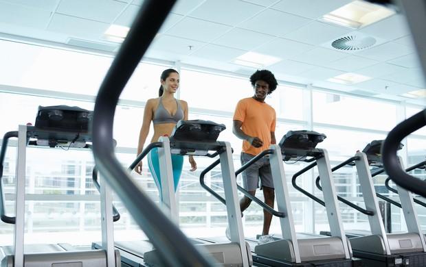 mulher e homem caminhando na esteira na academia eu atleta (Foto: Getty Images)