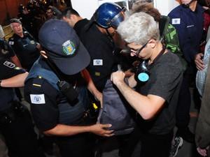 Manifestante é revistada ao entrar na Câmara Municipal de Campinas no terceiro dia de protesto (Foto: Raul Pereira/G1)