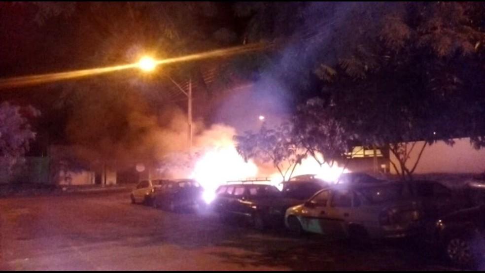 Incêndio destruiu cinco carros em lote baldio (Foto: Corpo de Bombeiros/Divulgação)
