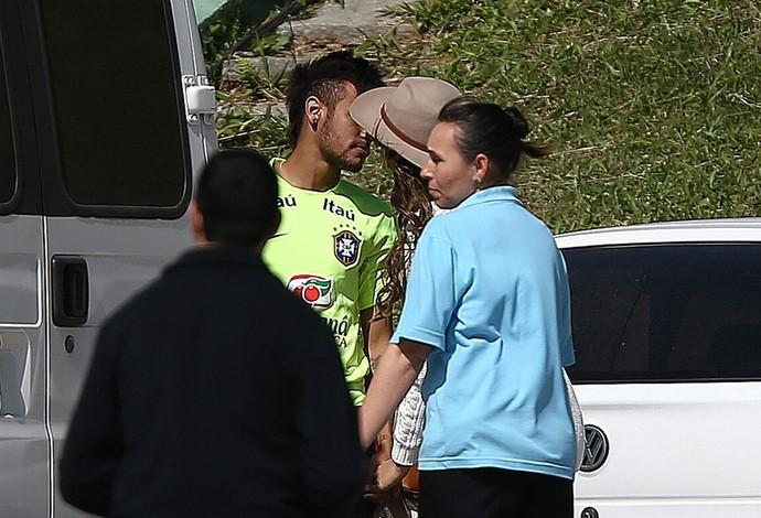 Neymar e Bruna Marquezine conversam em clima de romance (Foto: EFE ...