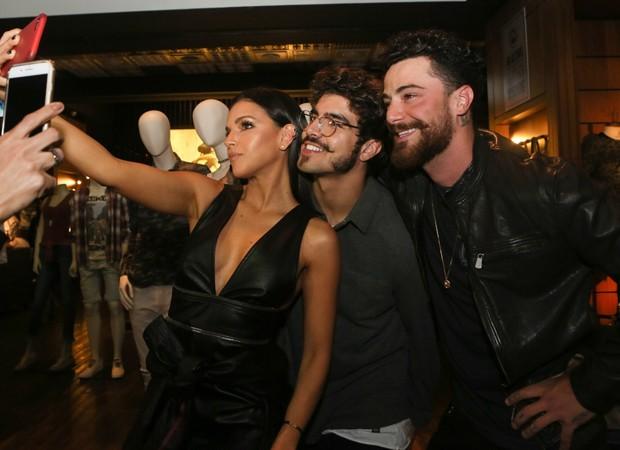Mariana Rios, Caio Castro e Felipe Titto posam para selfie (Foto: Iwi Onodera/Brazil News)