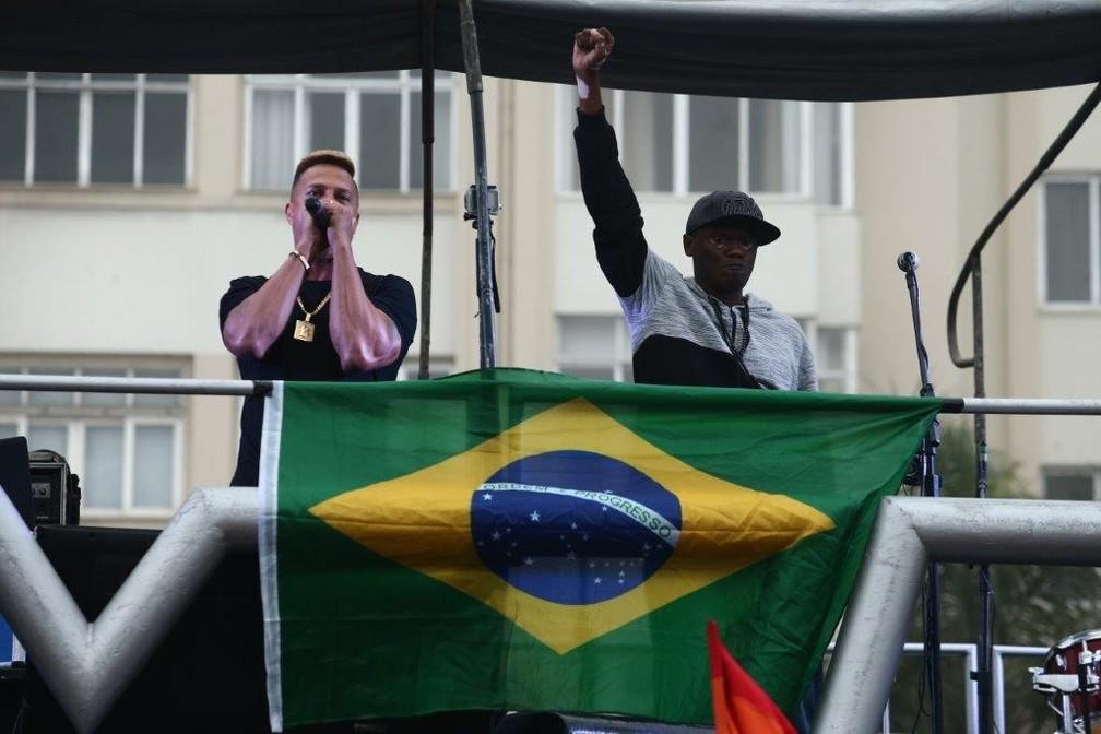 Os rappers Mano Brown e Rappin' Hood se apresentam durante ato contra o presidente Michel Temer (PMDB) e por eleições diretas, na Avenida Atlântica, em Copacabana (zona sul do Rio), na tarde deste domingo (28) (Foto: FÁBIO MOTTA/ESTADÃO CONTEÚDO)