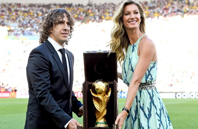 Carlos Puyol e Gisele Bundchen taça Copa do Mundo (Foto: Getty Images)