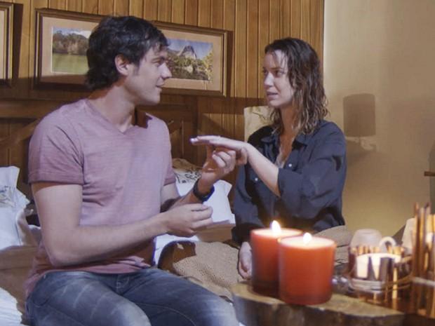 Caíque pega a mão de Laura enquanto conversam (Foto: TV Globo)