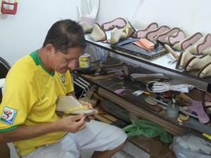Yuri Norte faz sandálias e sapatos até com couro de tilápia (Foto: Rafael Melo/G1)