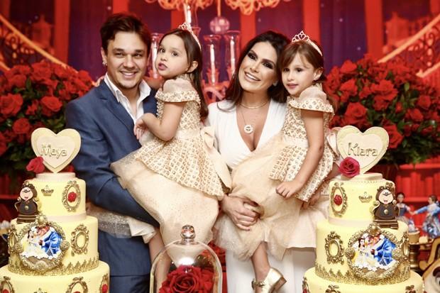Leandro e Natália Guimarães com as filhas, Kiara e Maya (Foto: Manuela Scarpa/Brazil News)