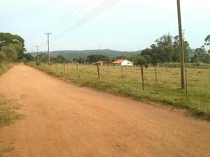 Moradores do Bairro Cantagalo reclamam da situação da estrada (Foto: Cláudio Nascimento/ TV TEM)