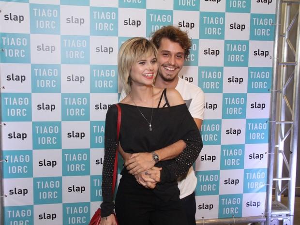 Julianne Trevisol e o namorado, Christian Monassa, em show no Rio (Foto: Thyago Andrade/ Brazil News)