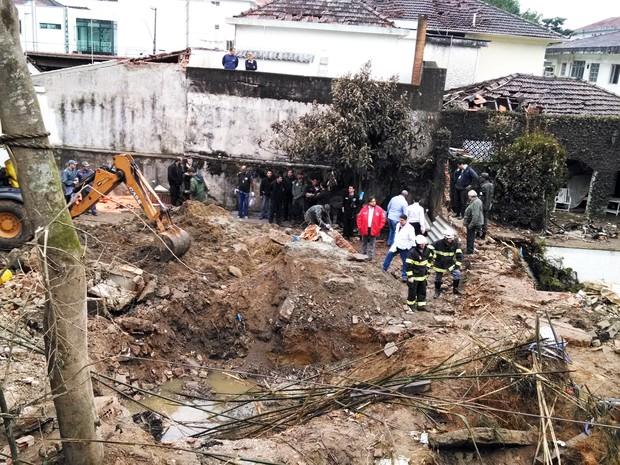 Equipes fazem buscas em local onde caiu avião em Santos,SP (Foto: Alexandre Valdivia/G1)