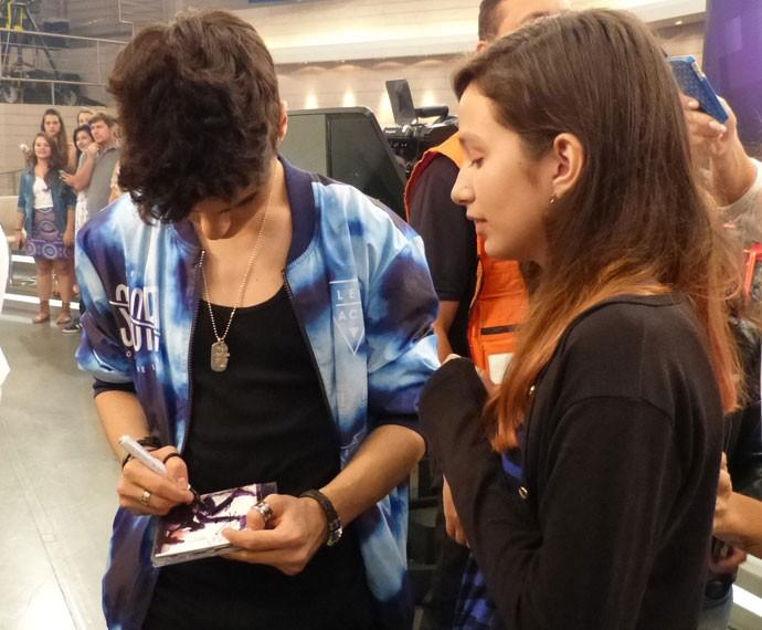Abraham Mateo autografou CD de fã e tirou fotos (Foto: Viviane Figueiredo Neto/ Gshow)