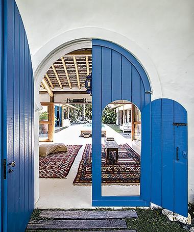 O portal de entrada segue o estilo tunisiano. O tomé o Azul França, Novacor, da Sherwin-Williams (Foto: Marco Antonio/ Editora Globo)