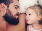 Rafael Cardoso faz careta com a filha em foto: 'Cara de um, focinho do outro'