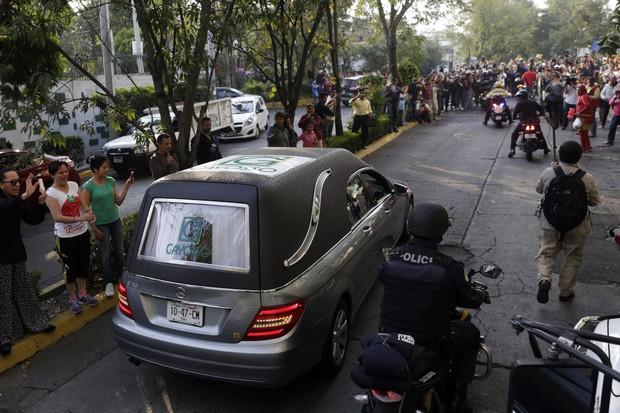 Carro com caixão de Roberto Bolaños chega na sede da Televisa, na Cidade do México (Foto: Reuters)
