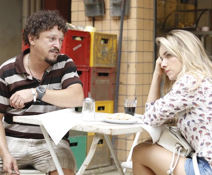 Oziel e Tina discutem a relação após o flagra da traição (Foto: Raphael Dias/ Gshow)