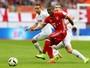 """""""Tudo tranquilo"""", diz Douglas Costa após se machucar em jogo do Bayern"""