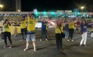 Manifestantes ensaiam coreografia em Vitória (Foto: VC no ESTV)