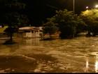 Tubulação estoura e água invade casas em João Pessoa