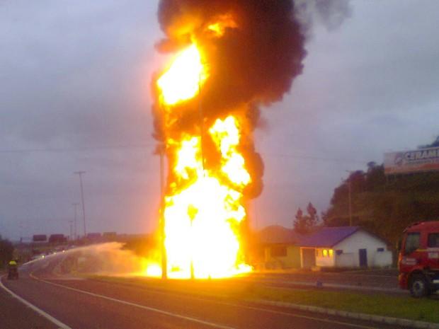 Caminhão-tanque Torres RS (Foto: Reprodução/RBS TV)