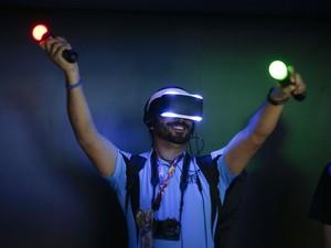 10/6 - Project Morpheus é projeto de óculos de realidade virtual da Sony e está na E3 2014 (Foto: Jae C. Hong/AP)