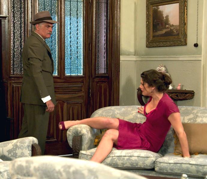 Severo empurra Diana da mesma maneira que fazia com Ana (Foto: TV Globo)