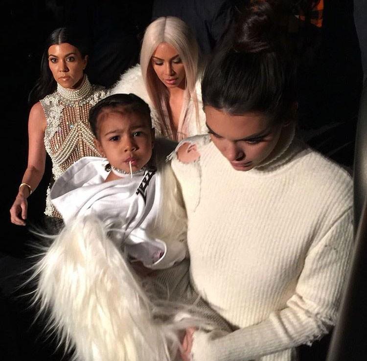 Kim com a filha e as irmãs (Foto: Reprodução/Instagram)