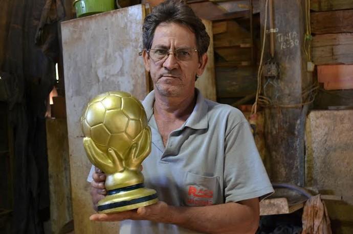 Artesão de Panorama cria réplicas de taças da Copa do Mundo (Foto: Alex Barreto / Cedida)