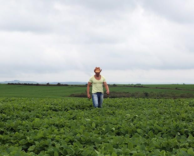 Cézar trabalha no campo (Foto: Juliana Lessa/Gshow)
