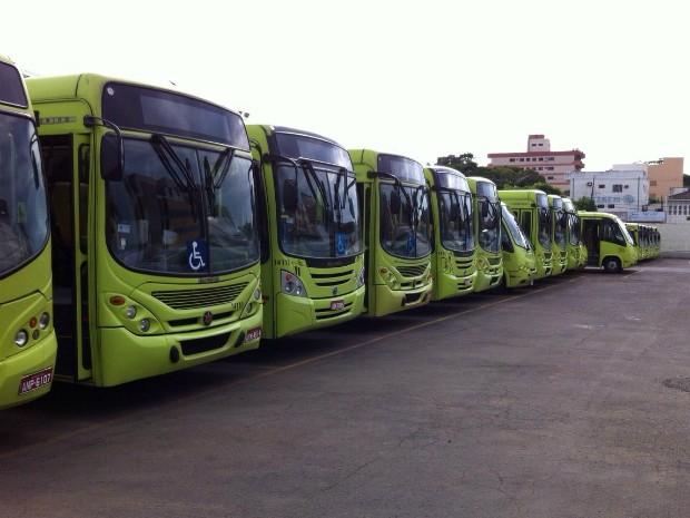 Depois das 8h30, ônibus do transporte coletivo de Foz do Iguaçu (PR) retornaram às garagens, de onde saem apenas próximo das 16h30 (Foto: Tarcísio Silveira / RPC)